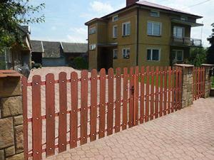 Brama z ogrodzenia plastikowe. zdjęcie za https://ogrodzeniaplastikowe.pl/galeria-ogrodzen-everwood/